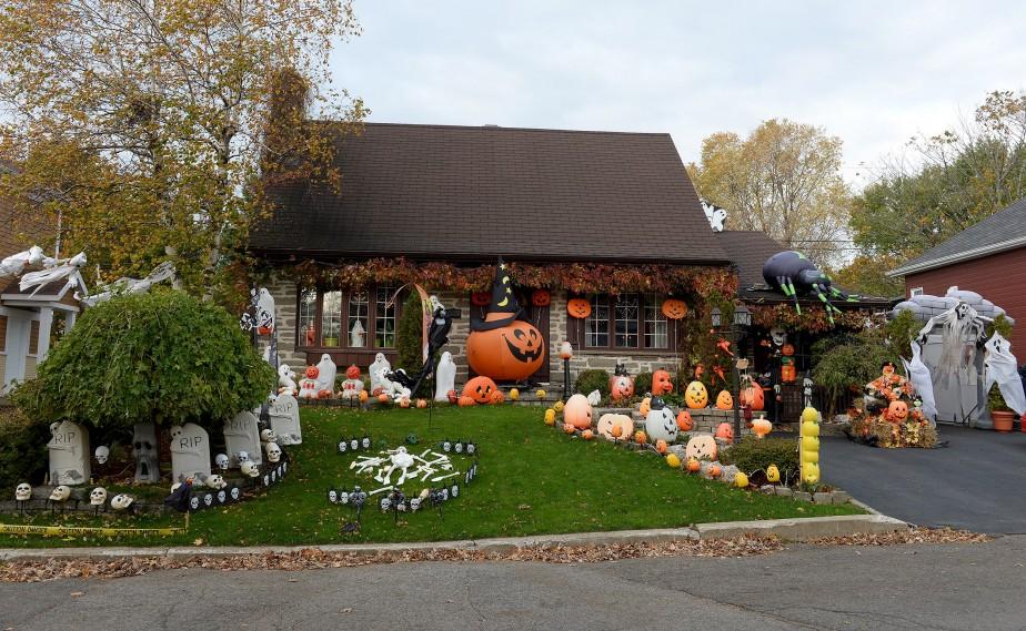 La maison de Lisette Boily et Simon Grenier, sur la rue Odette-Pinard à Beauport est prête pour l'Halloween depuis plusieurs semaines. (Le Soleil, Erick Labbé)