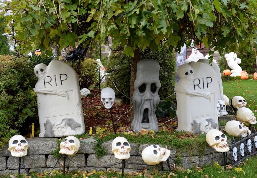 Mme Boily et son conjoint commencent à décorer pour l'Halloween un mois et demi avant le jour J, à l'extérieur comme à l'intérieur. (Le Soleil, Erick Labbé)