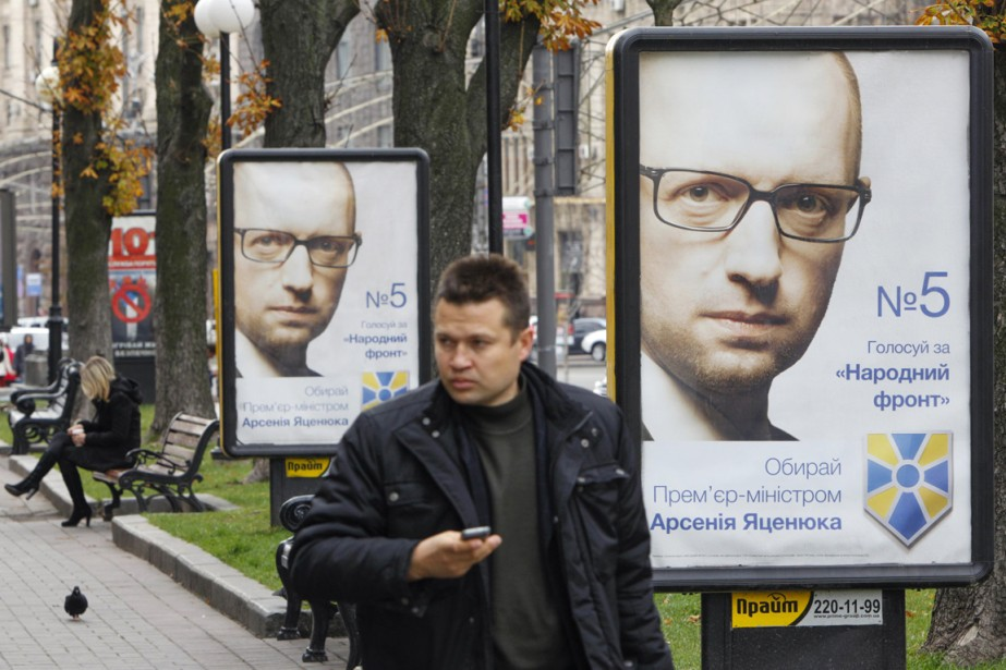 Des pancartes électorales à l'effigie du premier ministre... (PHOTO VALENTYN OGIRENKO, REUTERS)