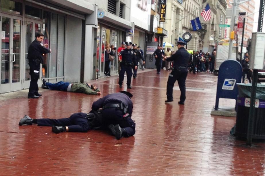 L'un des policiers a été frappé au bras... (PHOTO RUDY ESCAMILLA, THE NEW YORK POST)
