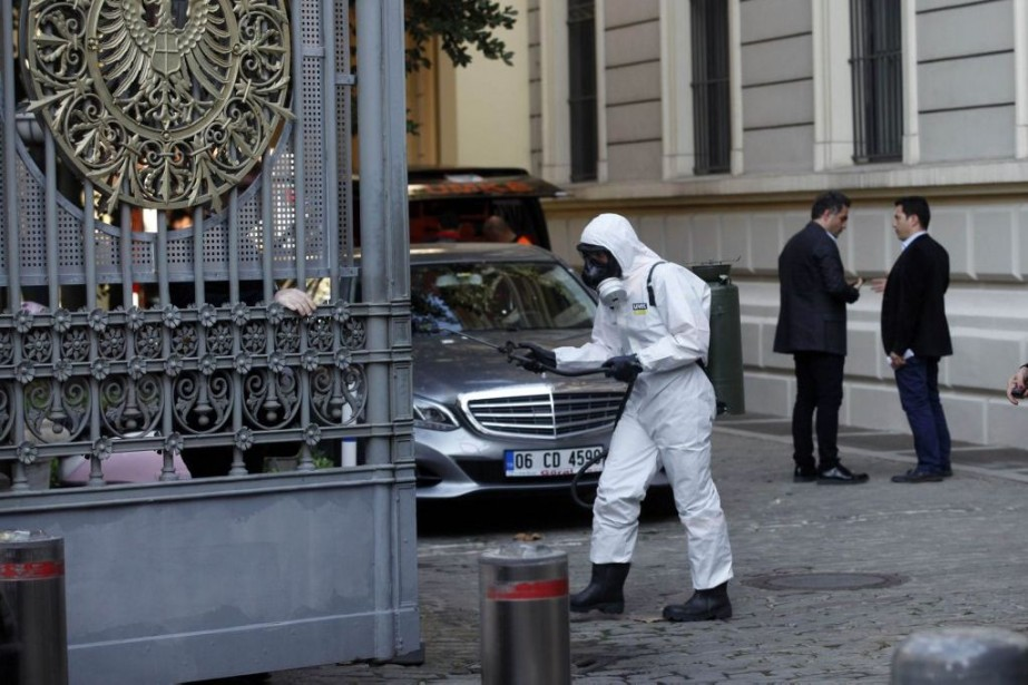 Des hommes de l'AFAD portant des masques à... (PHOTO OSMAN ORSAL, AGENCE FRANCE-PRESSE)