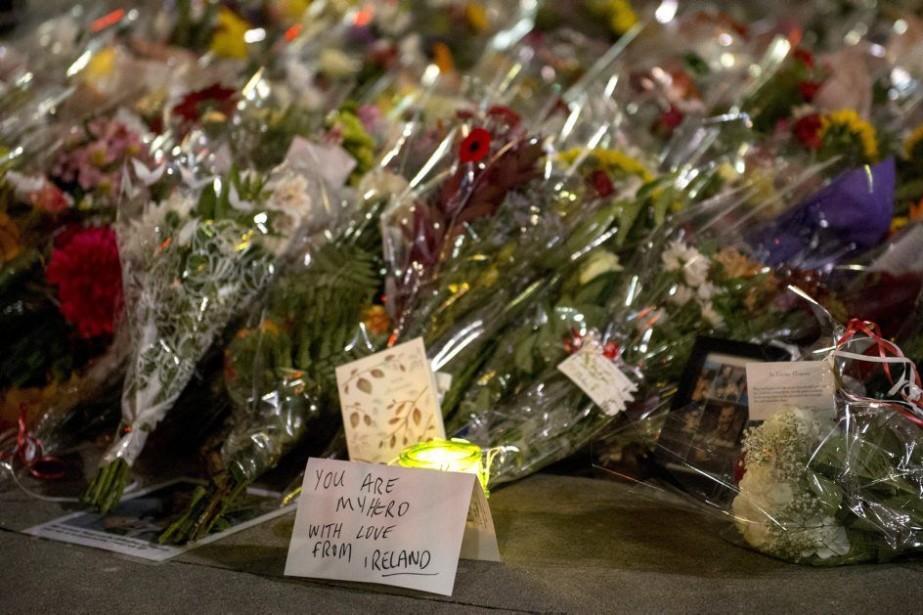 Des cartes et des fleurs ont été déposées... (PHOTO JUSTIN TANG, LA PRESSE CANADIENNE)