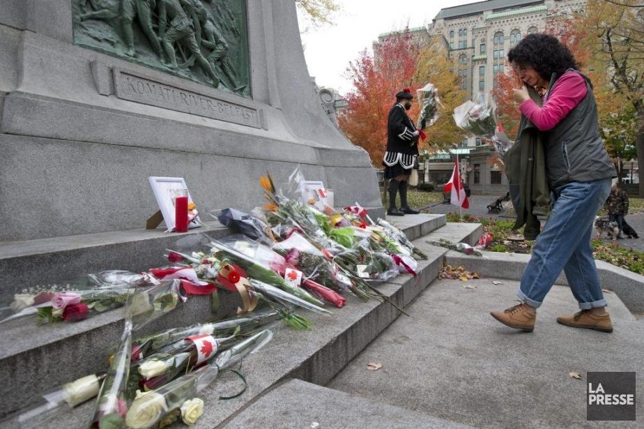 Plusiers personnes ont déposé des gerbes de fleurs en hommage aux soldats Patrice Vincent et Nathan Cirillo, samedi au Square Dorchester. (PHOTO ROBERT SKINNER, LA PRESSE)