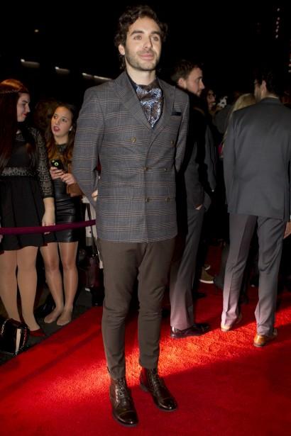 Le veston à double boutonnière et à motif Prince de Galles est une valeur sûre cette année. Alex Nevsky lui fait honneur avec un foulard paisley qui lui donne un style dandy chic. (La Presse, Olivier Jean)