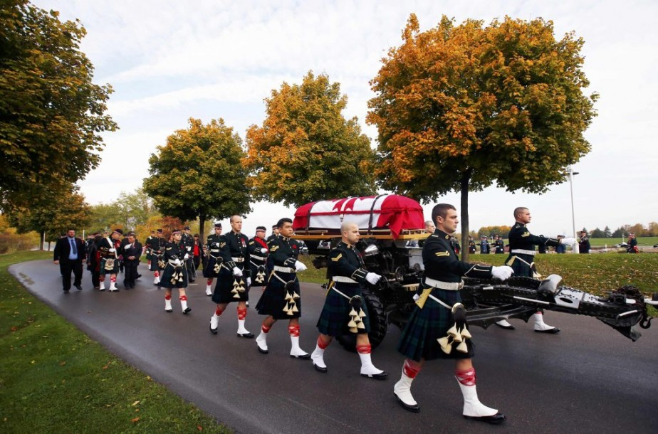 Des soldats escortent le cercueil de Nathan Cirillo. (PHOTO MARK BLINCH, REUTERS)