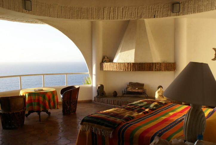 Le couvre-lit et la nappe colorés contrastent avec la simplicité des murs et la sobriété des objets décoratifs. (Photo Digital/Thinkstock)