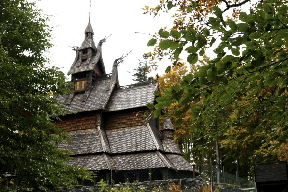 L'église de bois de Fantoft, en banlieue de Bergen, sinistre bâtiment révéré par les fans de black métal. (Photo Jean-Christophe Laurence, La Presse)