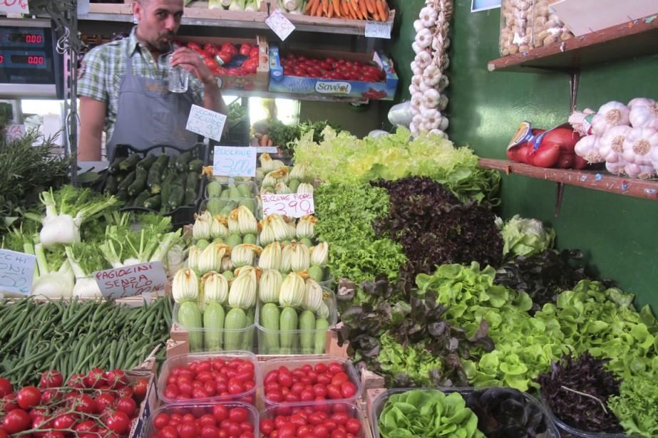 Des étals au marché Albinelli, dans le centre de Modène. (Photo Marie-Claude Lortie, La Presse)