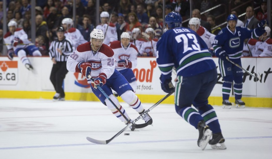 Manny Malhotra tente de percer la défense des Canucks (Photo PC)