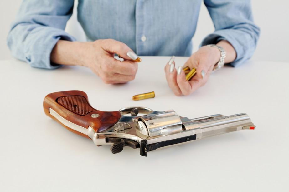 Shelley Calton illustre dans ses portraits le rapport des Américaines aux armes à feu avec  Dissimul.    31 octobre 2014