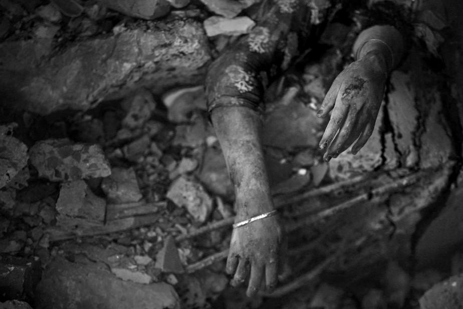 Correspondant au Bangladesh, Abir Abdullah dévoile le coût mortel des vêtements à rabais.   31 octobre 2014