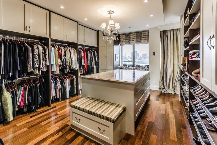 Au lieu de faire une autre chambre, les propriétaires ont opté pour un vestiaire digne d'une boutique de mode. Et encore: les commerces ne bénéficient pas d'une vue aussi spectaculaire sur la ville. Ici encore, de l'ipé et du marbre, sans oublier un éclairage étudié pour faire le meilleur choix de vêtement. (Photo fournie par Sothebys International Realty Québec)