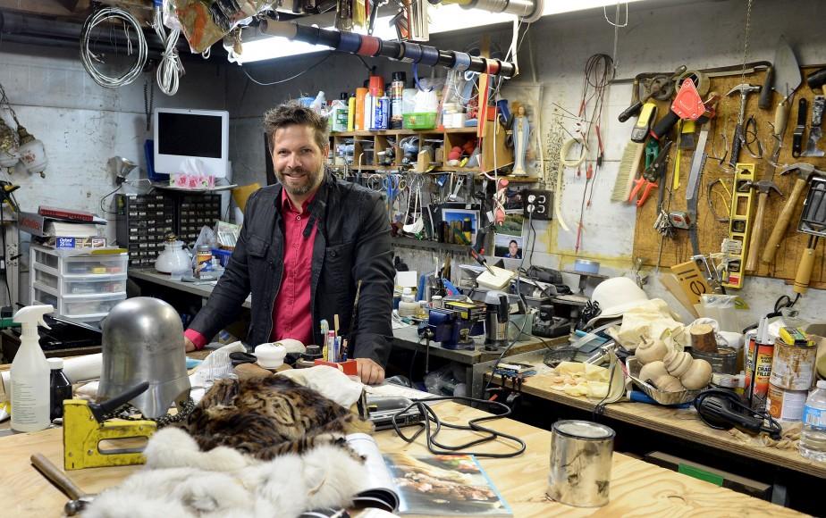 L'atelier de François Beauchemin sert d'espace d'entreposage pour ses nombreux trouvailles ainsi que comme lieu de création. On voit ici deux bancs : un en mouton de Perse (au fond) et l'autre en retailles diverses de fourrure. (Le Solei, Erick Labbé)