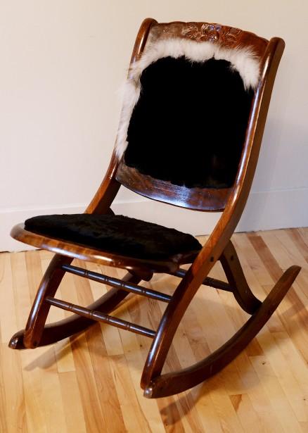 Cette tricoteuse permettait aux femmes de s'adonner à leur art sans être incommodées par les bras des chaises berçantes traditionnelles. Elle a été recouverte par de la fourrure de phoque rasée noire. L'ajout au dossier est en renard norvégien. (Le Solei, Erick Labbé)