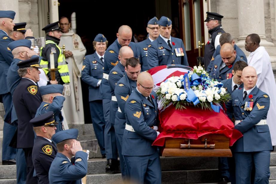 La dépouille de Patrice Vincent quitte la co-cathédrale après la célébration des funérailles. (Photo David Boily, La Presse)