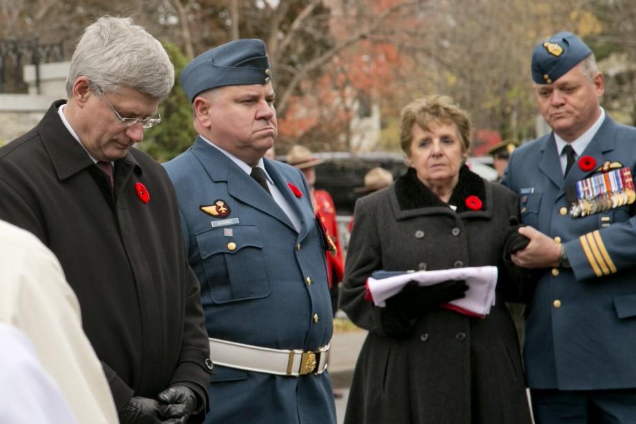 Le premier ministre Stephen Harper se recueille près du corbillard qui transporte le corps du militaire. (Photo David Boily, La Presse)