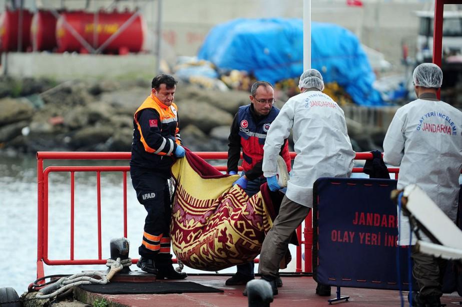 Au moins 24 migrants clandestins sont morts noyés... (PHOTO OZAN KOSE, AFP)