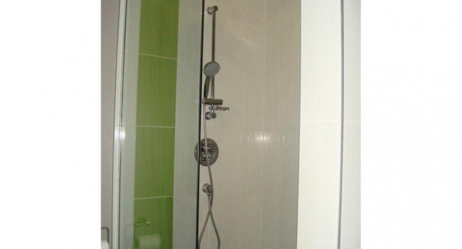 Les deux salles de bains sont équipées d'une douche de quatre pieds par trois pieds. ()