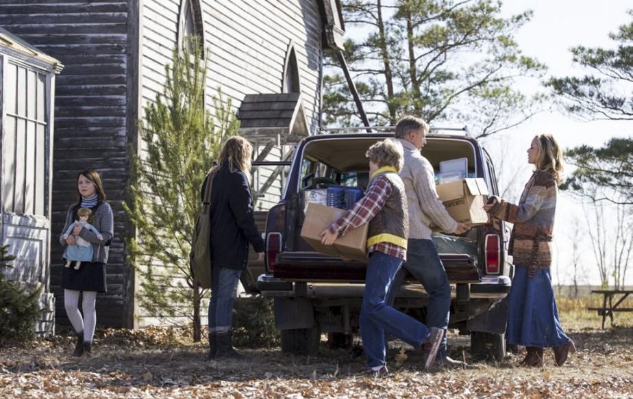 Alors que tous les membres de la famille s'entraident à décharger la voiture, Heather (Isabelle Nélisse, à gauche) a la tête ailleurs. (Photo: fournie par Films Séville)