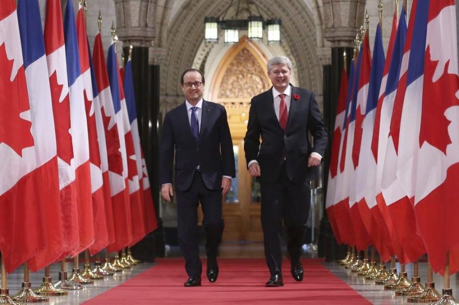 François Hollande et Stephen Harper... (PHOTO CHRIS WATTIE, REUTERS)