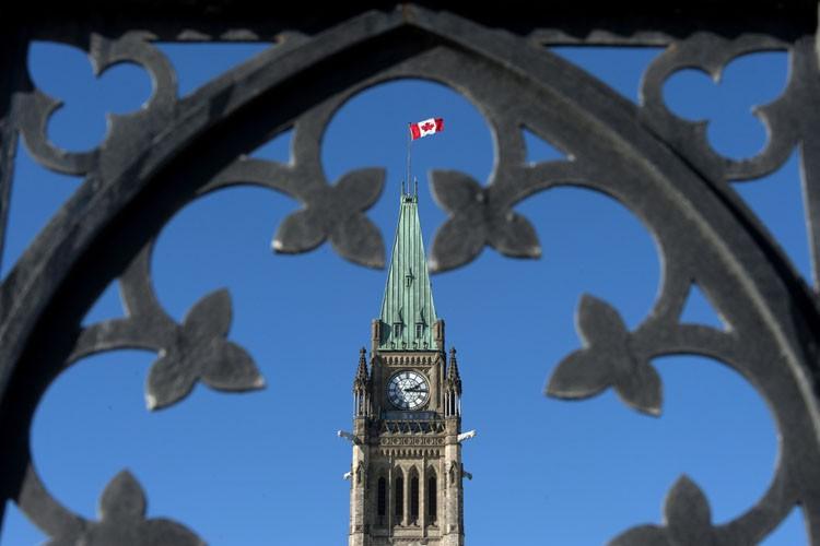 Le gouvernement envisage d'accorder de nouveaux outils aux... (PHOTO JUSTIN TANG, LA PRESSE CANADIENNE)