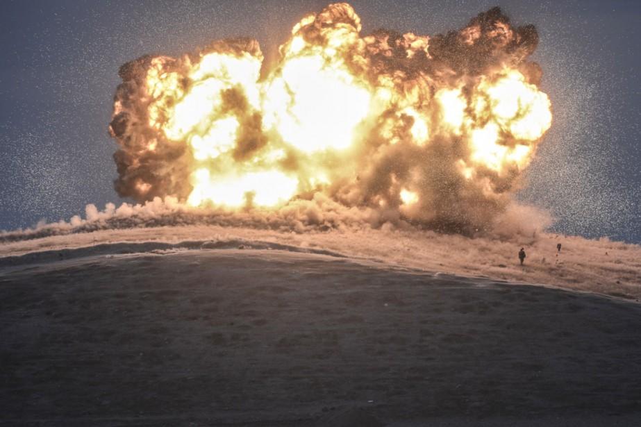Bombardement sur la colline Tilsehir près de Kobané,... (PHOTO BULENT KILIC, ARCHIVES AFP)