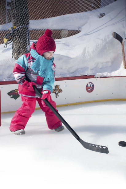 Pour démontrer l'adhérence des semelles des bottes pour enfants, la marque Acton a joué les enfants sur la patinoire d'un résidant de Québec. ()