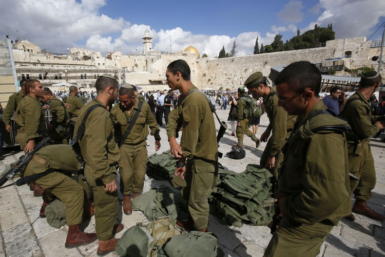 Des soldats israéliens ont investi l'esplanade des Mosquées... (Photo: AFP)
