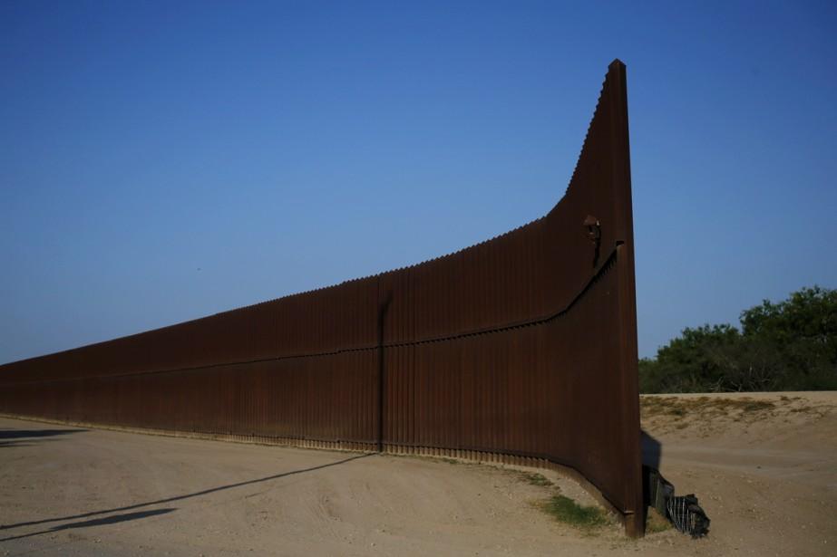 Une ouverture dans la barrière située à la frontière entre les États-Unis et le Mexique est vue près de Brownsville au Texas. (PHOTO Shannon Stapleton, ARCHIVES REUTERS)