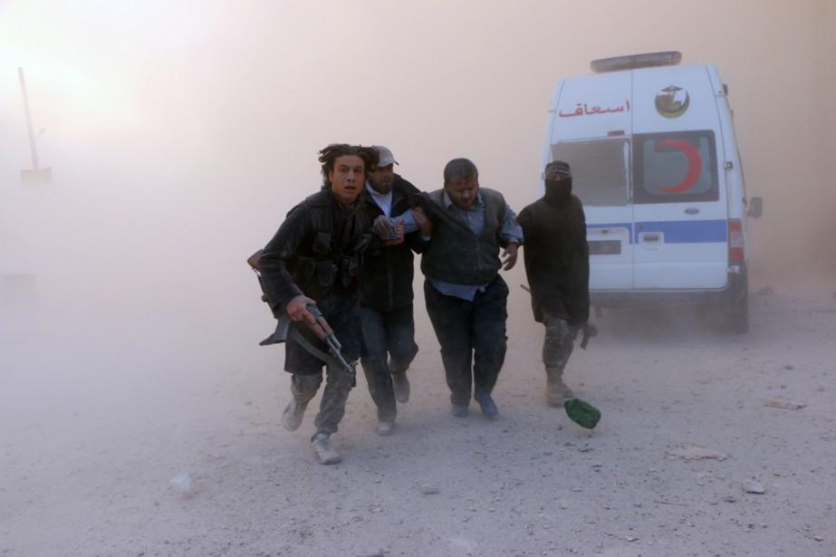 Des combattants du front Al-Nosra viennent en aide... (PHOTO FADI AL-HALABI, AFP)