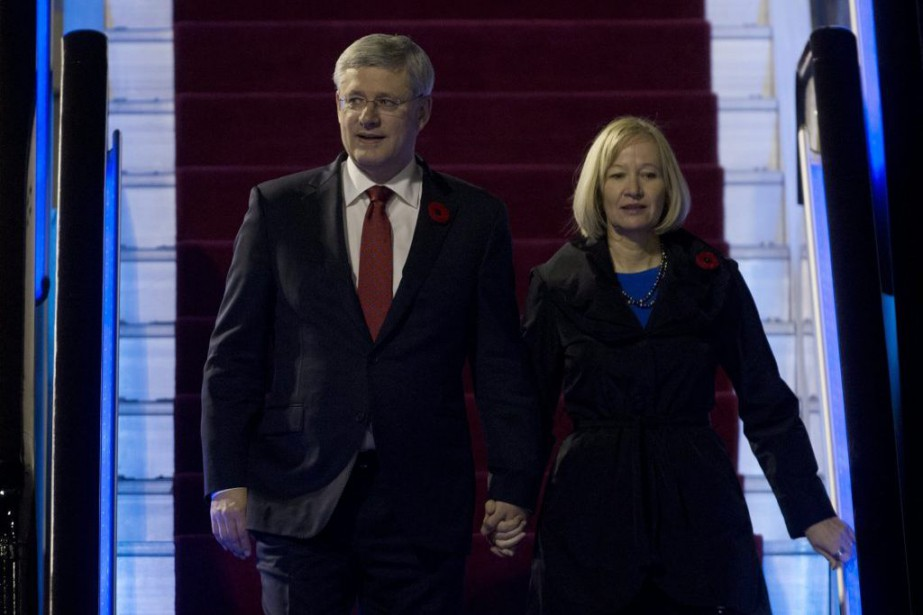 Stephen Harper et son épouse, Laureen, ont été accueillis... (Photo Adrian Wyld, La Presse Canadienne)
