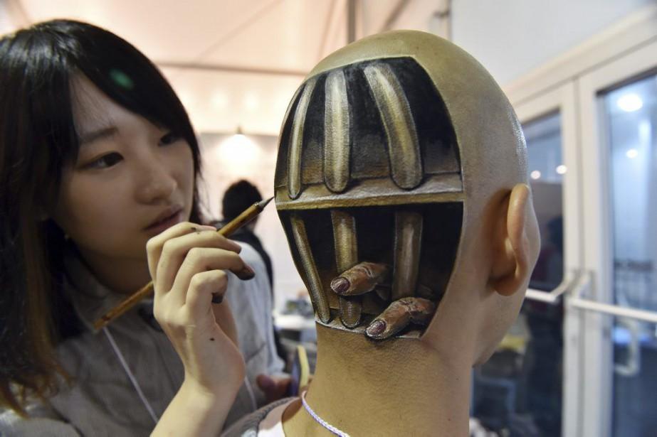 Des barreaux sur le crâne: avec son pinceau,... (Photo: AFP)