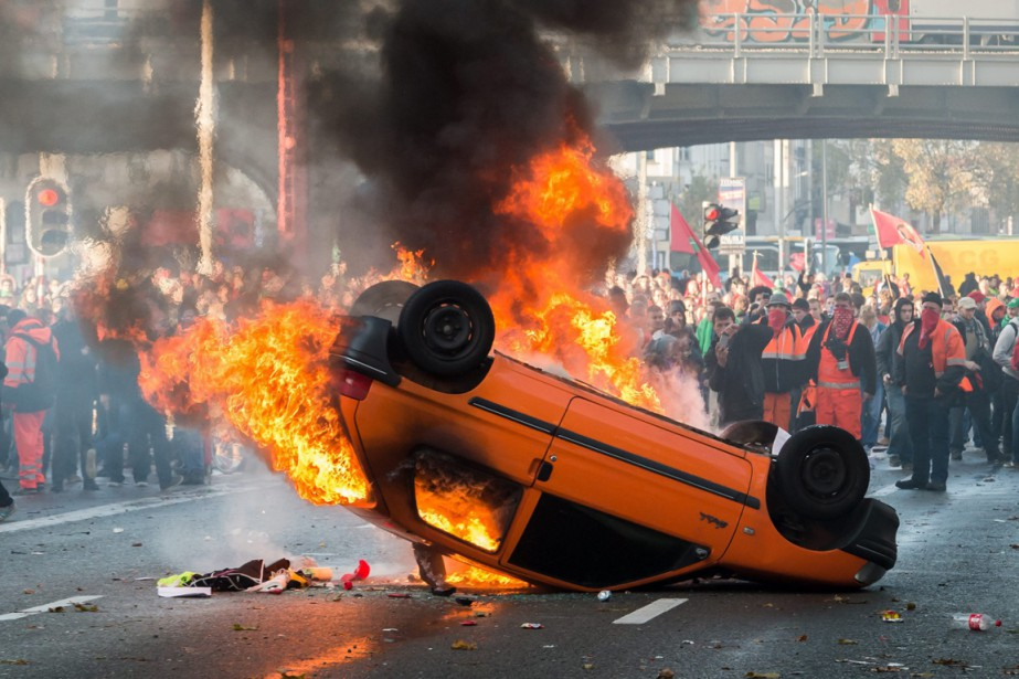 Cette Peugeot 106 orange a été renversée et... (Photo Geert Vanden Wijngaert, AP)