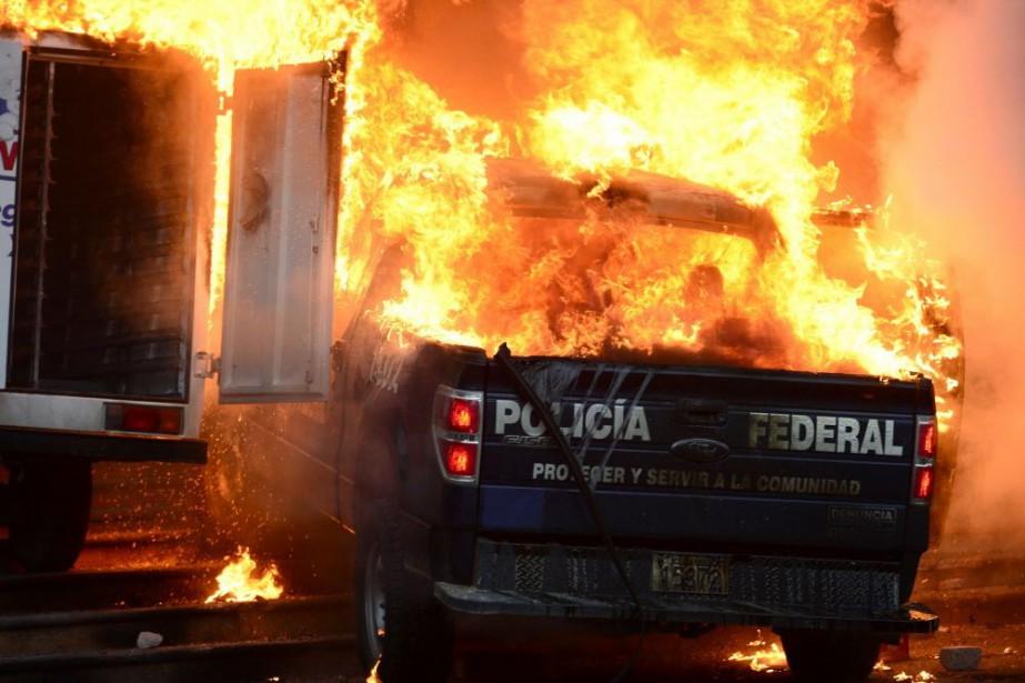 Plus de 300 jeunes ont brisé plusieurs vitres... (Photo RONALDO SCHEMIDT, AFP)