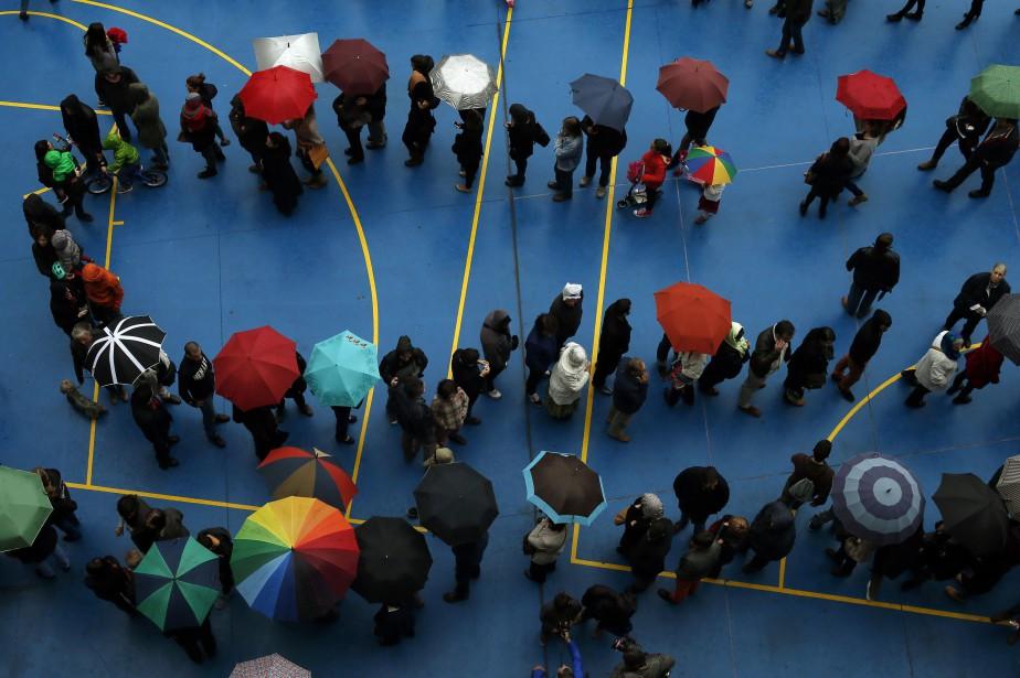 Des Espagnols faisant la file pour se prononcer... (Photo ALBERT GEA, Reuters)