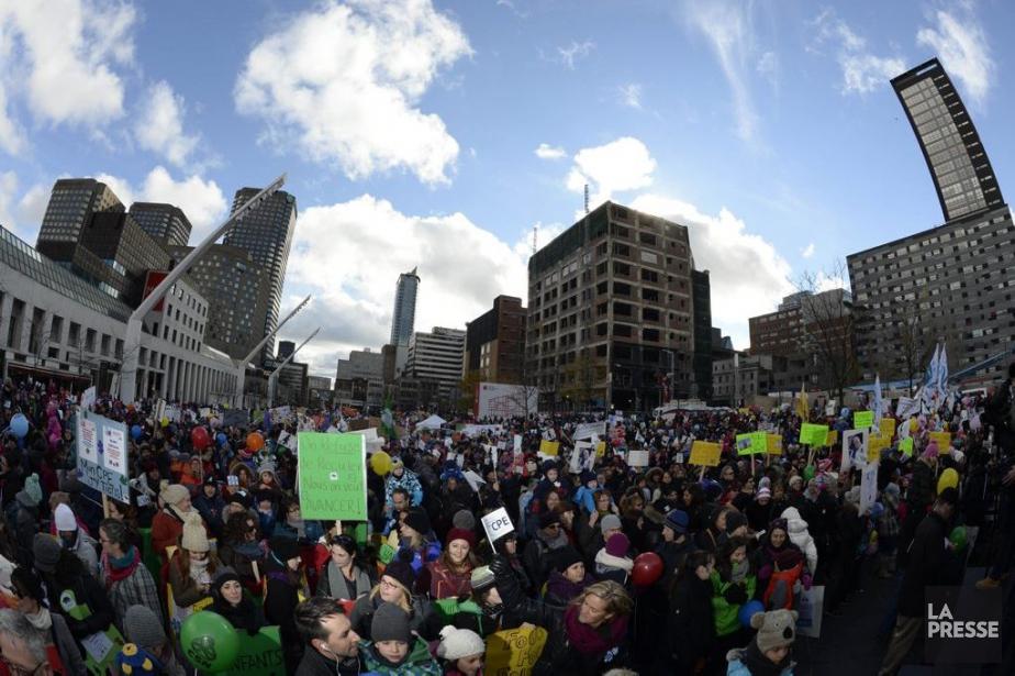 Des milliers de familles ont manifesté dimanche sur... (PHOTO CHARLES LABERGE, LA PRESSE)