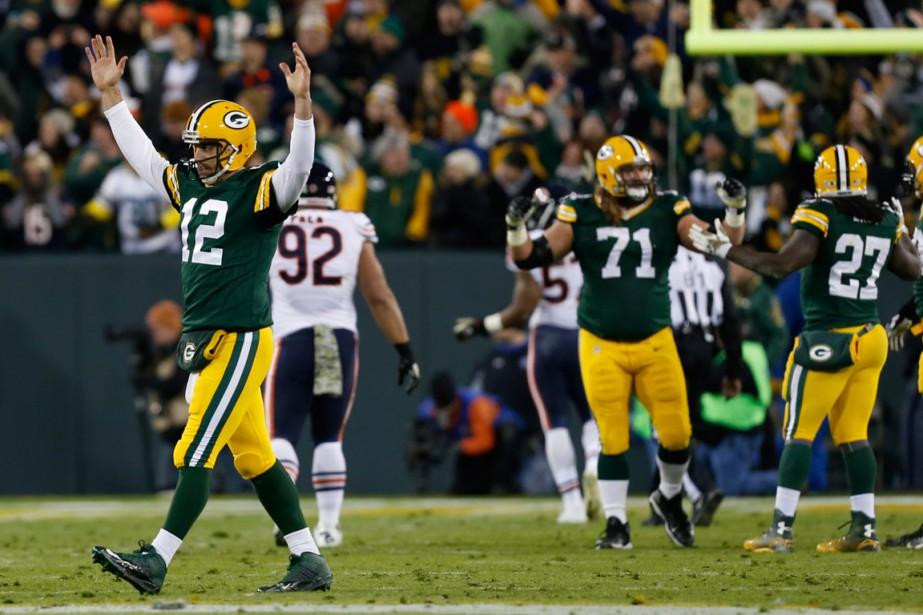 Le quart des Packers Aaron Rodgers (à gauche)... (Photo Mike Roemer, AP)