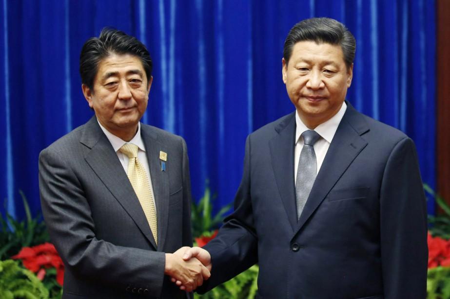 Le premier ministre japonais Shinzo Abe (à gauche)... (PHOTO KIM KYUNG-HOON, AP)
