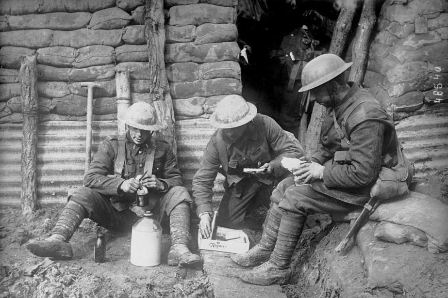 Des soldats canadiens dans une tranchée en 1916.... (Photo: fournie par la Bibliothèque nationale de France)