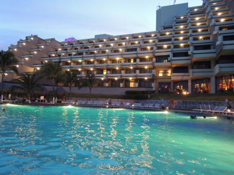 La piscine duParadisus Cancún est encerclée de palmiers. (PHOTO STÉPHANIE BÉRUBÉ, LA PRESSE)