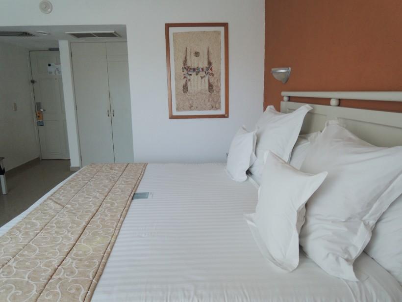 La chambreduBarcelo Costa Cancùn est d'apparence correcte, mais elle cache des taches de moisissures, du mobilier usé et des draps tachés. (PHOTO STÉPHANIE BÉRUBÉ, LA PRESSE)
