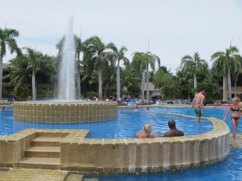 Plusieurs clients semblaient se plaire à la piscine duIFA Villas Bavaro. (PHOTO NATHAËLLE MORISSETTE, LA PRESSE)