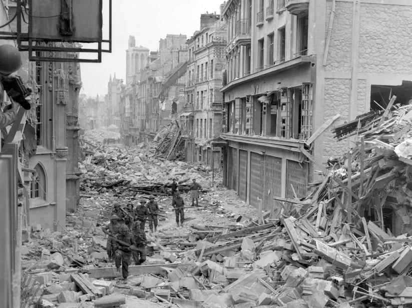 Des troupes canadiennes patrouillent dans les rues de... (Photo archives Reuters/Archives nationales du Canada)