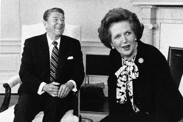 Ronald Reagan et Margaret Thatcher dans le Bureau... (Archives AP)