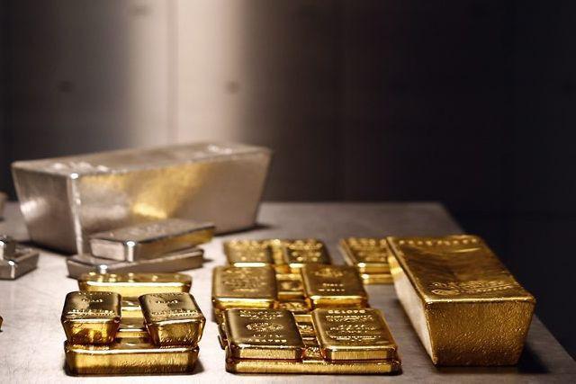 L'or évolue en sens inverse du dollar américain.... (PHOTO MICHAEL DALDER, REUTERS)