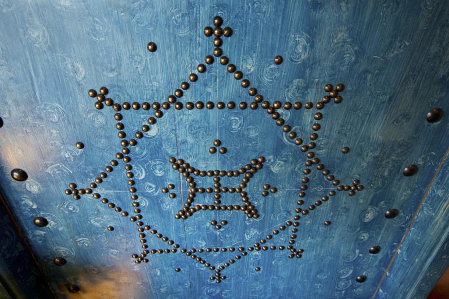 Les couleurs chaudes ne sont pas incontournables. On peut opter pour des murs blancs, accompagnés de boiseries bleu turquoise. (Photo Ivanoh Demers, La Presse)