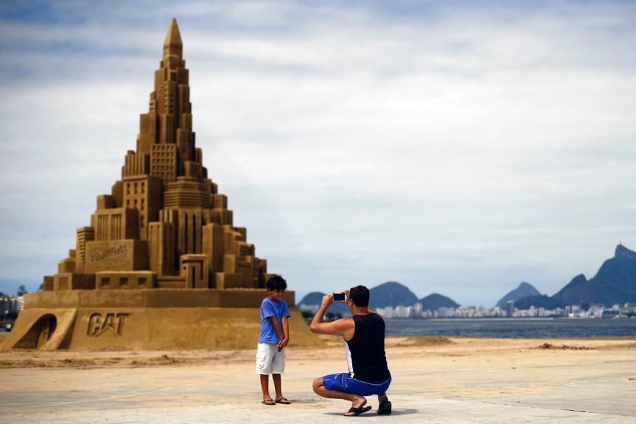 Un homme prend une photo de son fils... (Photo Ricardo Moraes, Reuters)