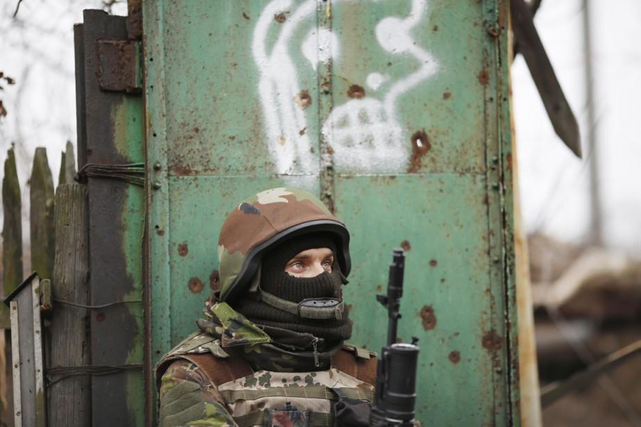 Un combattant volontaire ukrainien monte la garde dans... (PHOTO MAXIM VETROV, ARCHIVES AP)