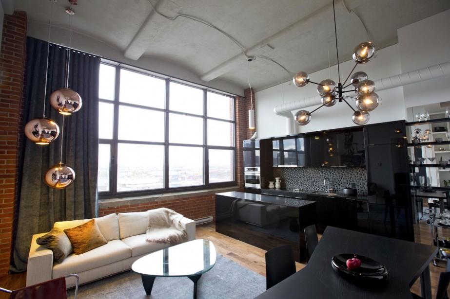 Au 7<sup>e</sup> étage de l'ancien immeuble industriel, ce loft de 884 pi<sup>2</sup> se distingue avec son plafond de 14 pieds de hauteur et ses multiples fenêtres. (Photo Alain Roberge, La Presse)