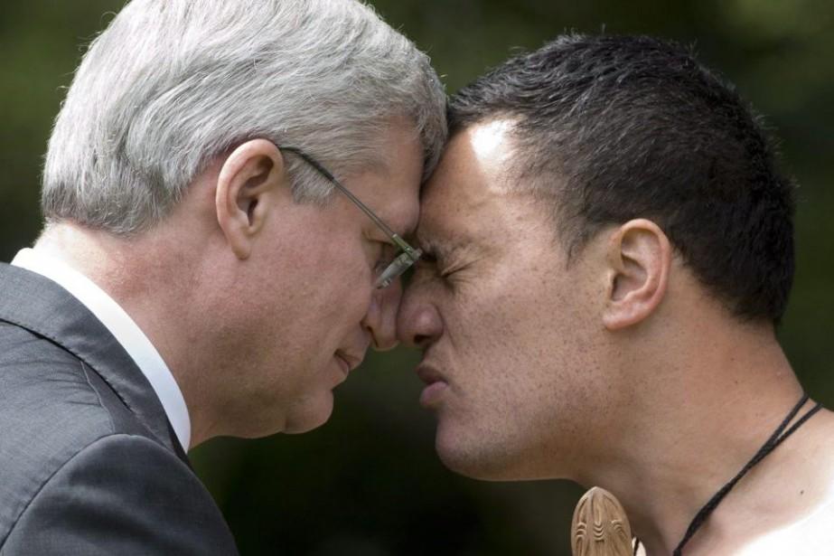Stephen Harper a exécuté la salutation de bienvenue... (Photo La Presse Canadienne)